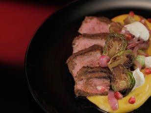 Вырезка ягненка с тыквенным хумусом и брюссельской капустой