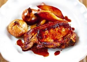 Свиные отбивные, тушенные в духовке с красным луком и грушами