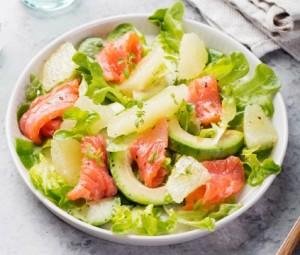 Салат с грейпфрутом, копченым лососем и авокадо