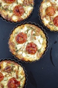 Мини-тарты с помидорами черри, луком и сыром