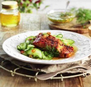 Филе лосося в соусе и с пряными огурцами