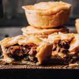 порционные пироги с мясом и грибами