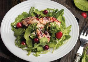 Салат с индейкой гриль и брусничным соусом