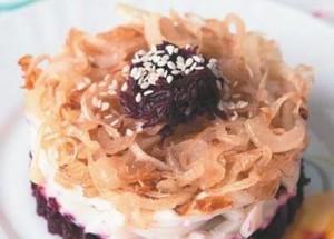 Слоеный салат со свеклой и кальмарами