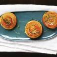 Мини-тарты с карамелизованным луком