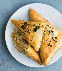 Пирожки из теста фило с сыром, песто, вялеными помидорами и маслинами
