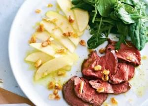 Салат со стейком, яблоками и миндальной заправкой