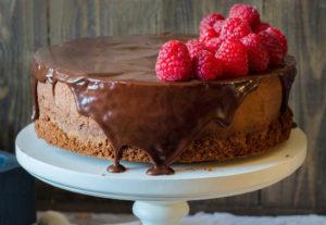 Муссовый торт на основе брауни с малиной и шоколадом