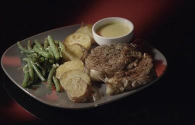 Стейк с картофелем в утином жире и стручковой фасолью с соусом беарнез