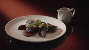 Пряная вырезка с пюре из свеклы и грецкого ореха с зеленым салатом и соусом жю