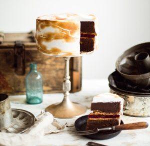 Шоколадно-малиновый торт с меренгой