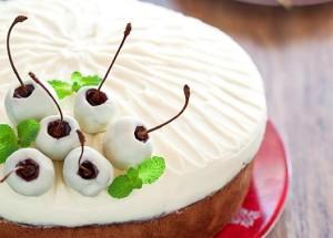 Вишневый пирог с кремом из сливочного сыра и белого шоколада