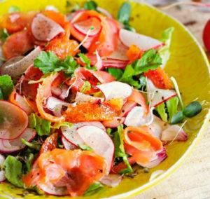 Салат из апельсина, редиса и лосося