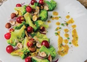 Салат из брокколи с клюквой