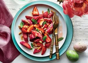 Салат из клубники и ревеня
