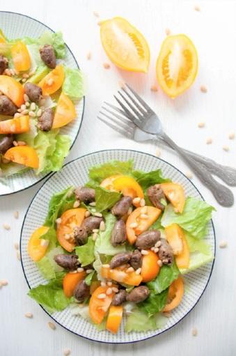 Салат с куриными сердечками и помидорами