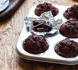Шоколадные маффины с кусочками горького шоколада
