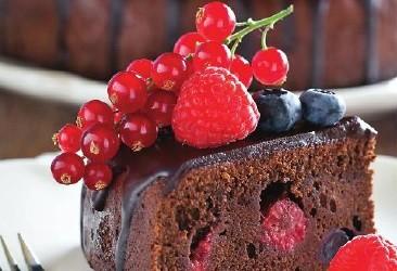 Шоколадный пирог с ягодами