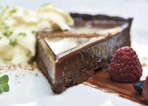 Шоколадный тарт с ореховой основой в шоколадной глазури