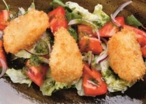Салат с жареным сулугуни и помидорами