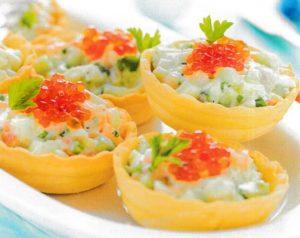Тарталетки из цельнозерновой муки с салатом из лосося