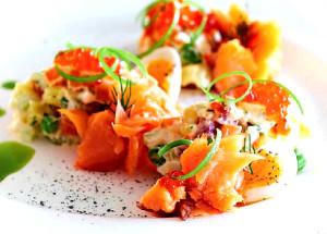 Русский салат с копченым лососем и пряной заправкой