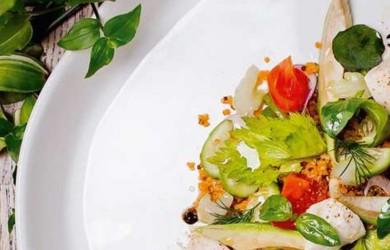 Салат с киноа, овощами и моцареллой