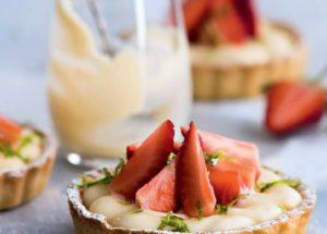 Ягодные десерты: тарталетки с заварным кремом и клубникой