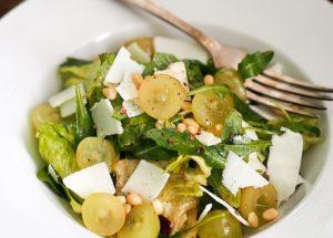 Необычные салаты: салат с виноградом и козьим сыром
