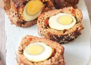 Мясной рулет с яйцами и пряными травами