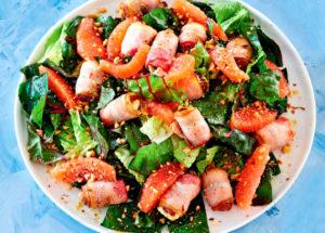 Необычные салаты: зеленый салат с горячими финиками в беконе