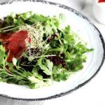 Салат из зелени с малиново-базиликовым соусом