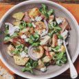 теплый салат с беконом и грибами
