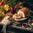 Свиной рулет с яблочной начинкой и клюквенным соусом