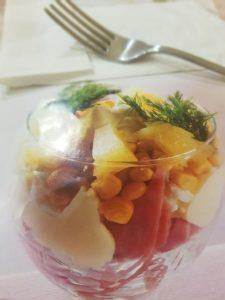 салат-коктейль с ветчиной и яйцом
