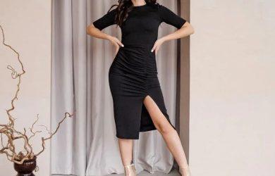 Черное платье с вырезом на ноге